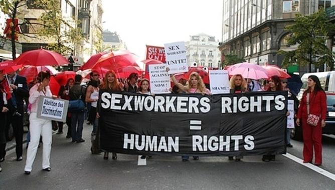 """Siūlymas: panaikinti bausmes sekso darbuotojoms, o jų klientus viešinti """"gėdos lentoje"""""""